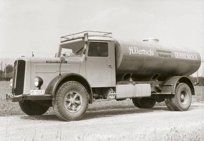 Thanks to Hans Bertschi's tenacity, he is able to win the business of transporting glue from Ludwigshafen to Switzerland in 1959. To be able to handle this traffic, the first road tanker – a Saurer – is purchased.